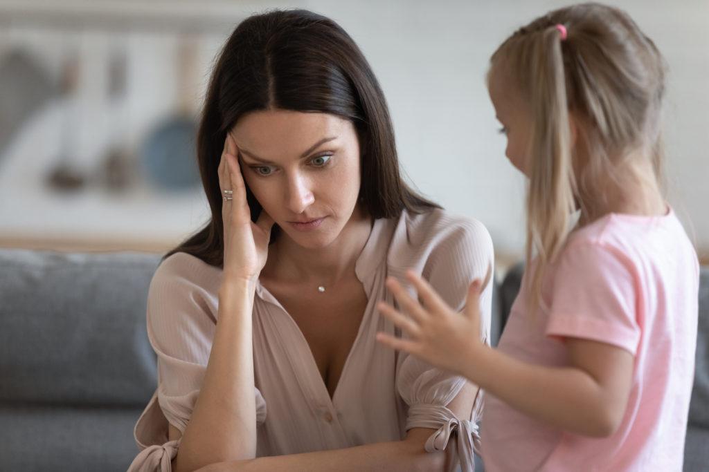 画像に alt 属性が指定されていません。ファイル名: annoyed-mom-restless-little-daughter-home-1493322509-1024x683.jpg