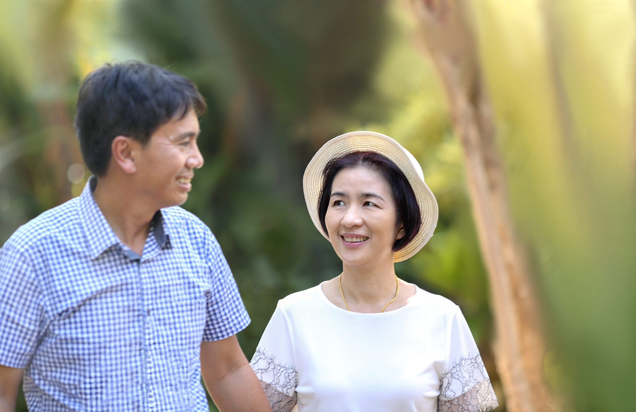 Asian,Middle-aged,Man,Leisure,To,His,Wife,In,Valentine,Day