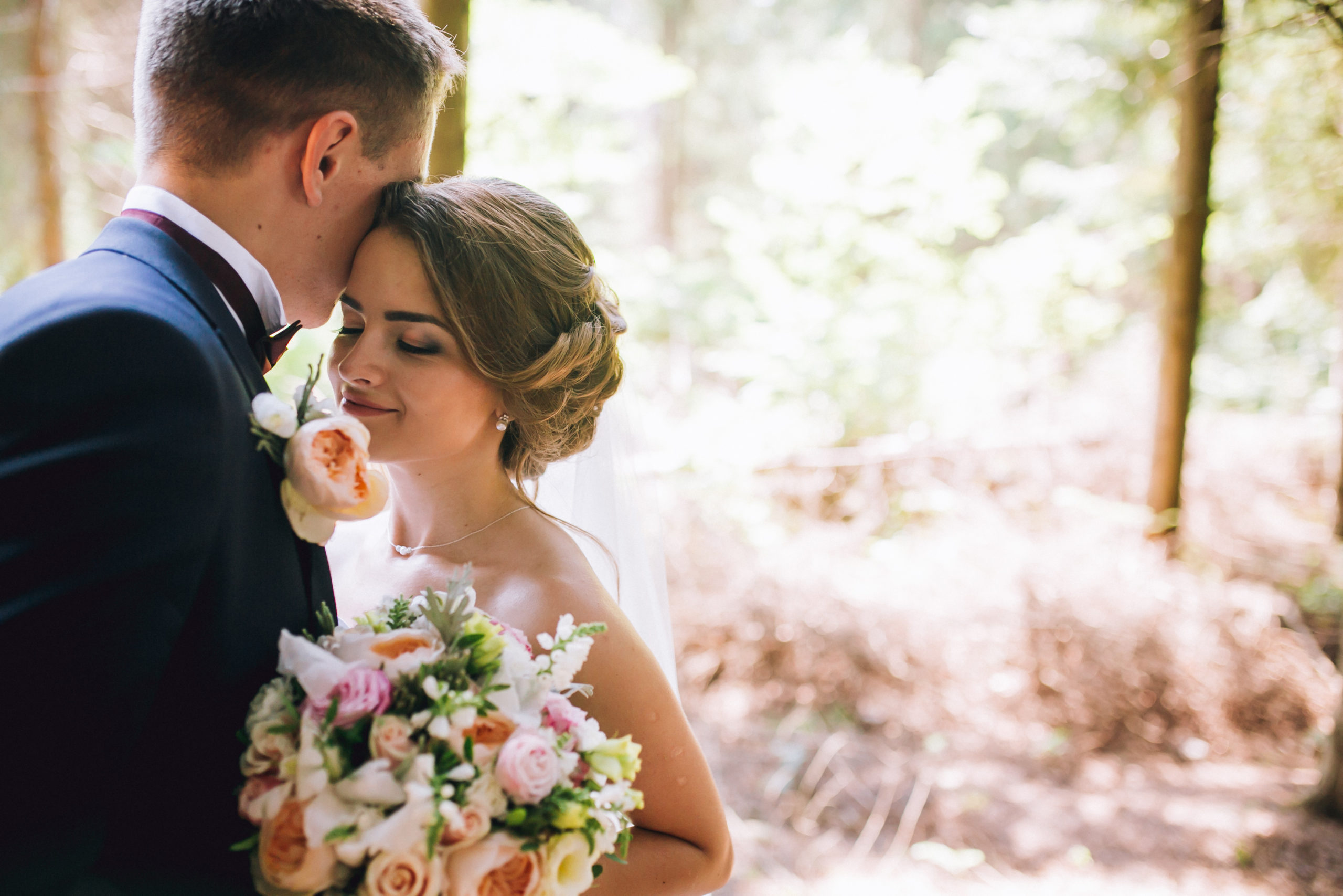 Bride,And,Groom,In,A,Park,Kissing.couple,Newlyweds,Bride,And