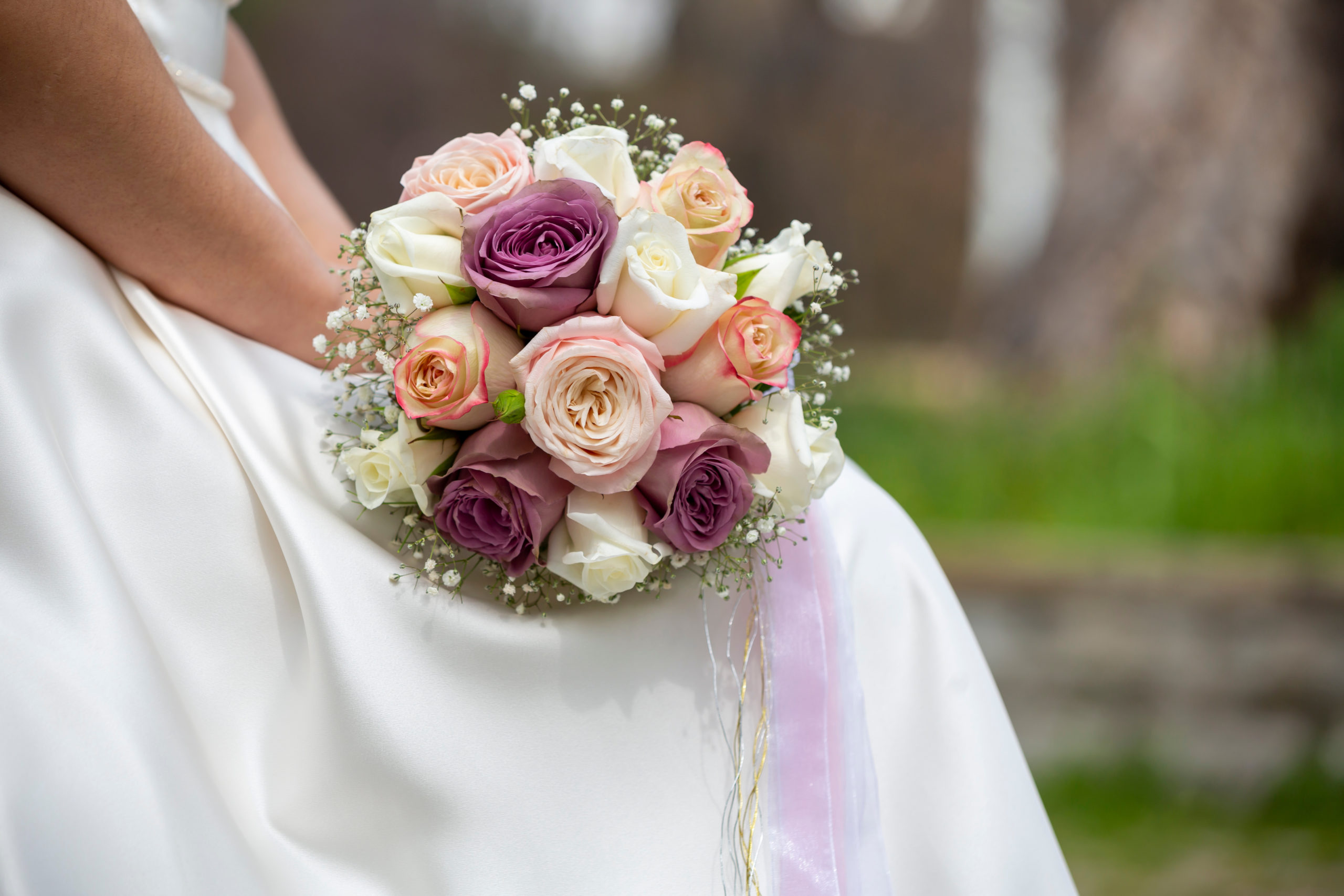 bride-holding-flowers-park-1470598679
