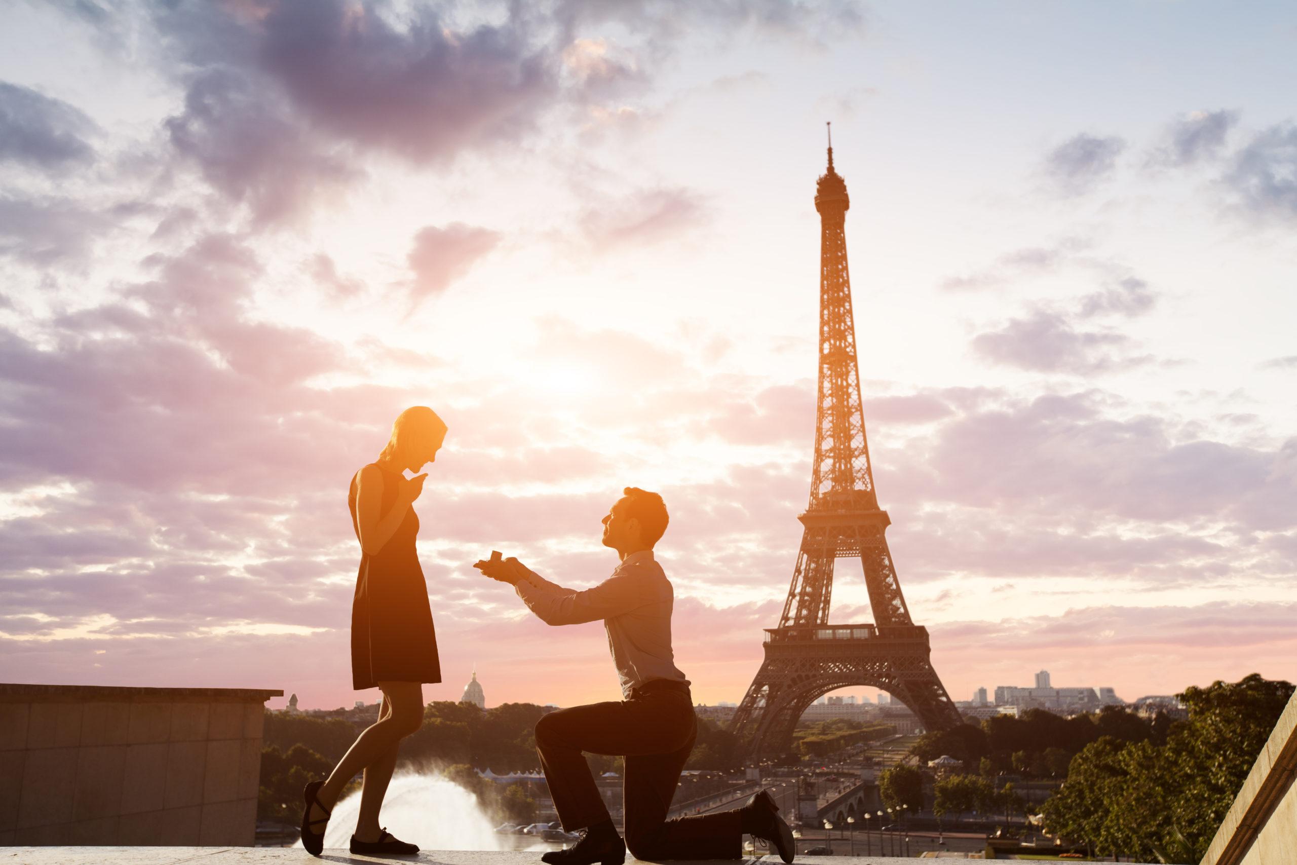 romantic-marriage-proposal-eiffel-tower-paris-314654882