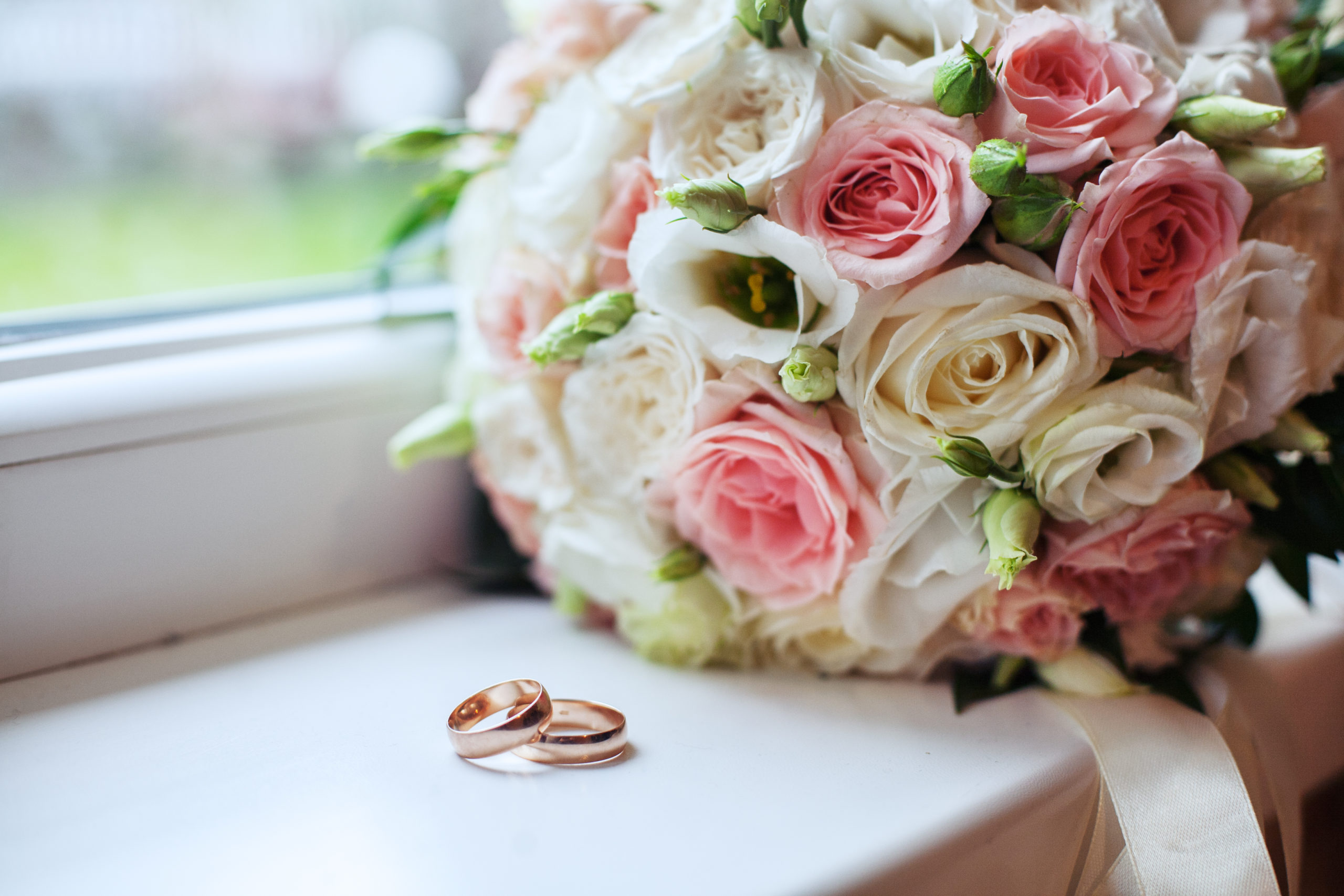 wedding-bouquet-rings-concept-marriage-love-576896977