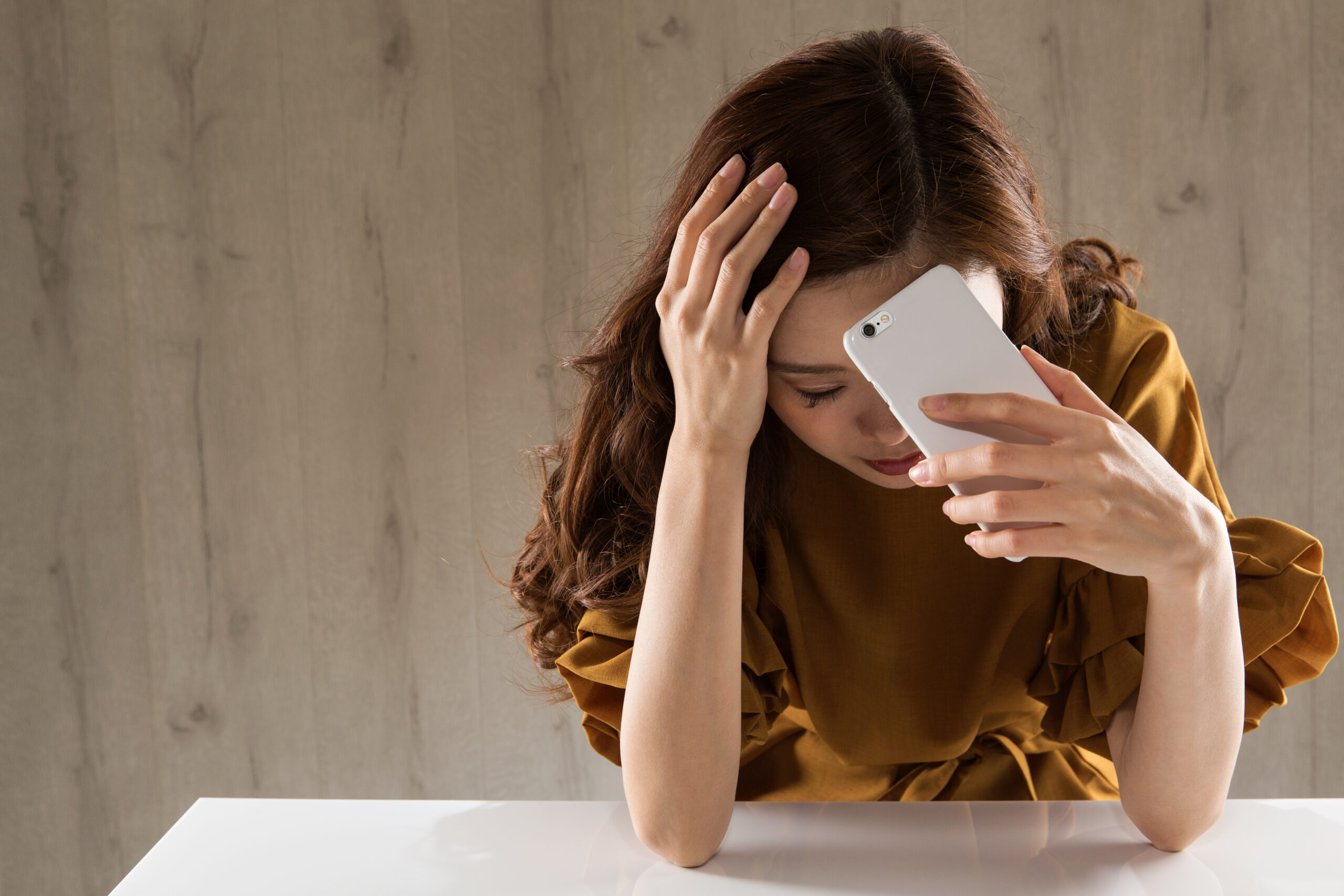 A,Woman,With,A,Smartphone,Is,Sad.